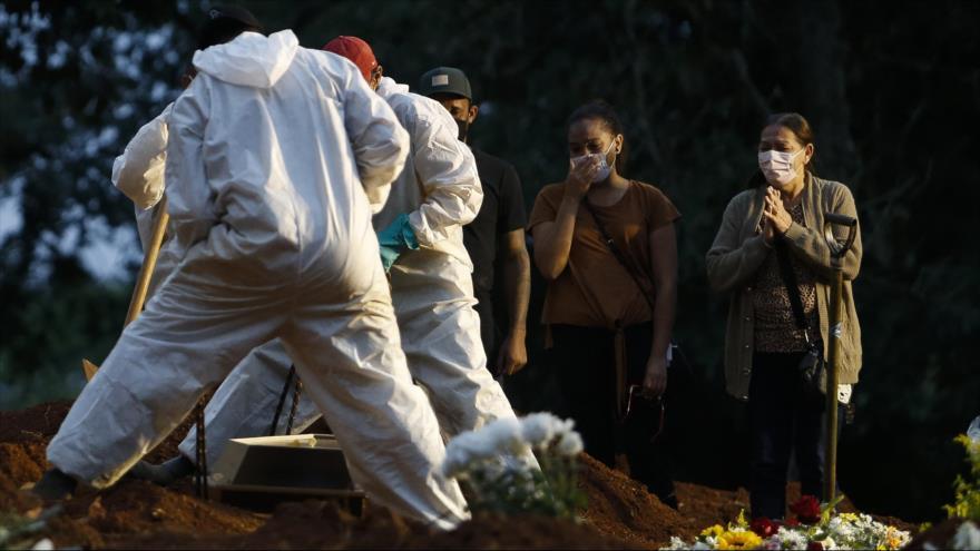 Entierro de un fallecido por la COVID-19 en el cementerio de Vila Formosa en Sao Paulo, en Brasil, 17 de abril de 2021. (Foto: AFP)