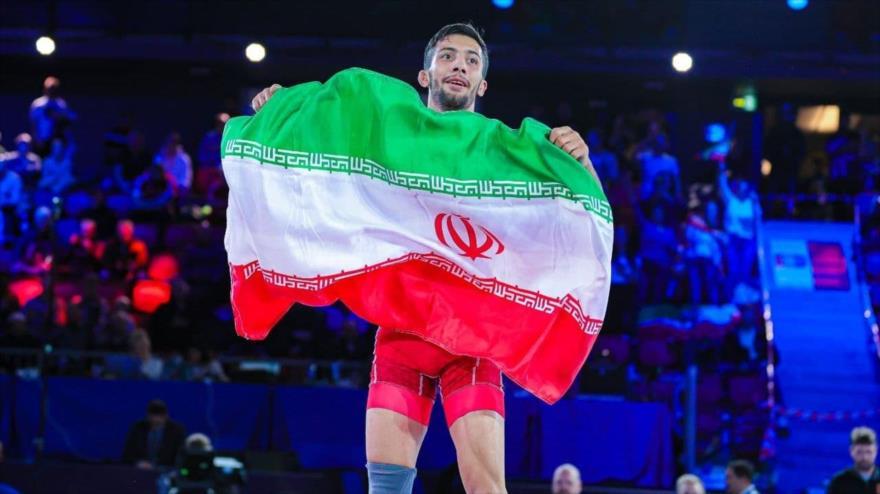 Luchador iraní Mohamad Reza Guerai festeja su victoria en la final del Mundial de Lucha Grecorromana en Noruega, 10 de octubre de 2021.