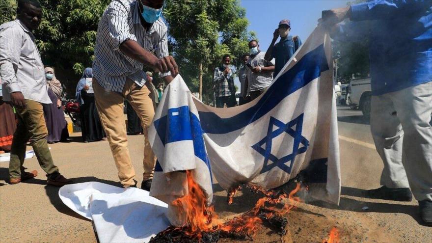 Sudaneses queman banderas israelíes en protesta por la normalización de lazos con Israel, Jartum, 17 de enero de 2021. (Foto: AFP)