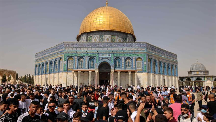 Los palestinos se reúnen frente a la Cúpula de la Roca en el complejo de la Mezquita Al-Aqsa, en Al-Quds, 8 de octubre de 2021. (Foto: AFP)