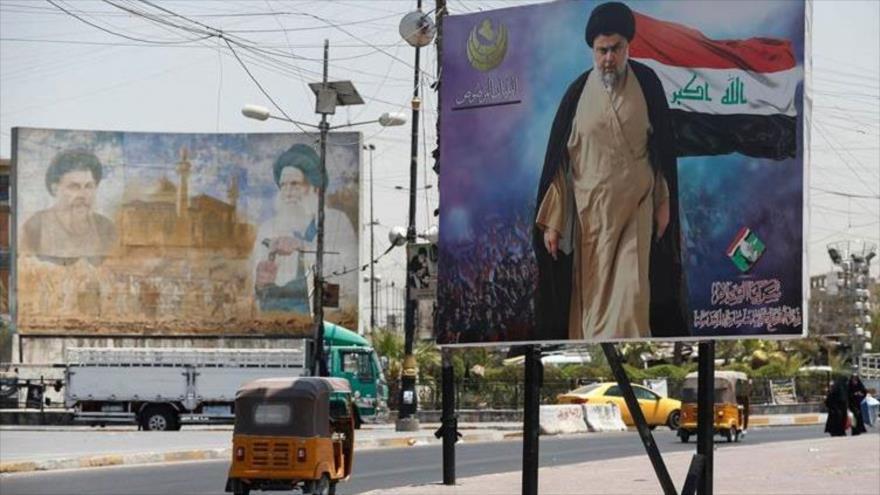 Cartel con la imagen del líder del Movimiento Sadr de Irak, Muqtada al-Sadr, en un barrio situado en el noroeste de Bagdad (la capital), 15 de julio de 2021. (Foto: AFP)