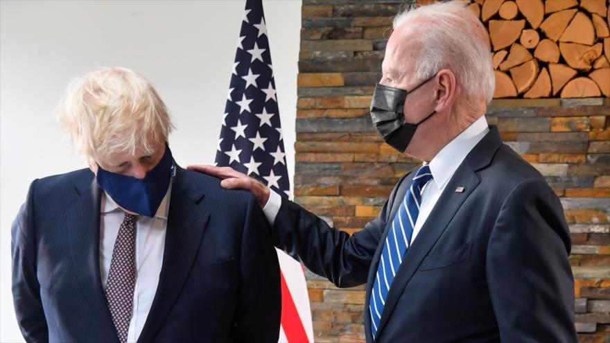 El presidente de EE.UU., Joe Biden, (dcha.) habla con el primer ministro británico, Boris Johnson, Cornwall, el Reino Unido, 10 de junio de 2021. (Foto: Reuters)