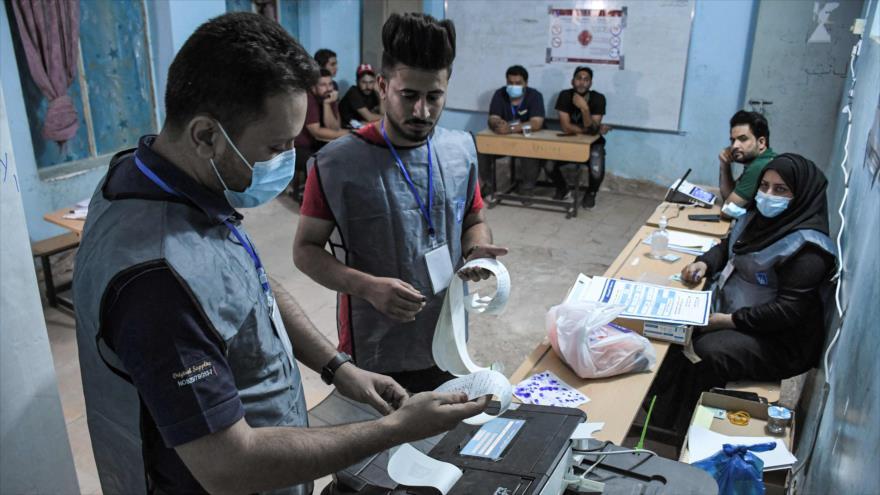 Funcionarios electorales iraquíes imprimen el recuento electrónico de votos en un colegio electoral en la ciudad sureña de Nasiria, 10 de octubre de 2021. (Foto:AFP)