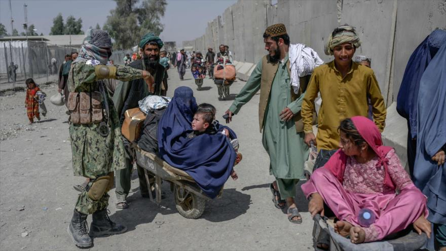 Un grupo de afganos se ven frente a la frontera del país con Paquistán, 25 de septiembre de 2021. (Foto: AFP)