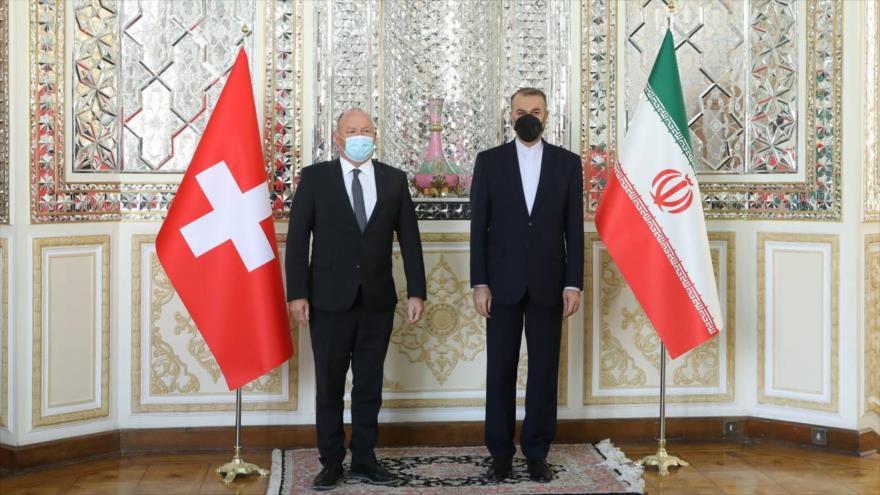 Canciller iraní, Hosein Amir Abdolahian (dcha), y presidente del Parlamento suizo, Andreas Aebi, en Teherán, capital iraní, 12 de octubre de 2021.