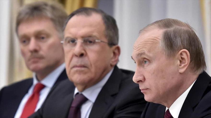El presidente ruso, Vladimir Putin (dcha.), el canciller, Serguéi Lavorv (c) y el portavoz del Kremlin, Dimitri Peskov, durante una reunión.