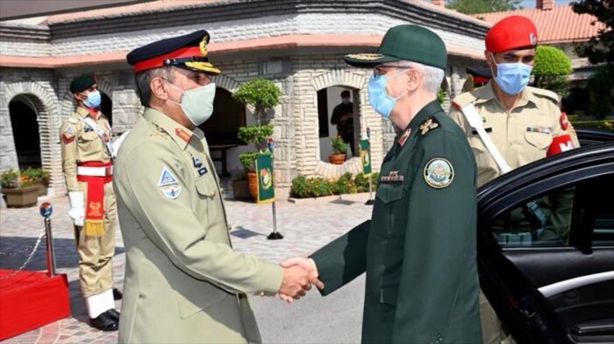 el jefe del Estado Mayor de las Fuerzas Armadas de Irán, el general de división Mohamad Hosein Baqeri, (dcha.) y el jefe del Estado Mayor Conjunto del Ejército de Pakistán, 13 de octubre de 2021.(Foto: IRNA)
