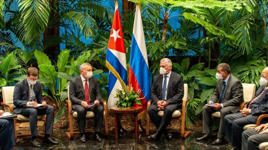 El presidente cubano, Miguel Díaz-Canel (3.ª de la derecha), y el vicepresidente de Rusia, Yuri Borisov, en una reunión en La Habana, 12 de octubre de 2021.