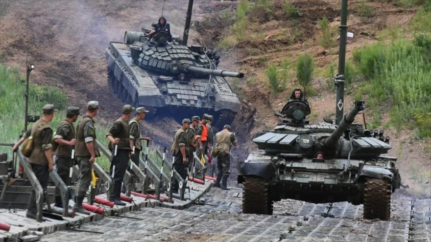 Un tanque T-72 ruso cruza durante un simulacro de las fuerzas del Ejército de Rusia. (Foto: Sputnik)