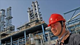 Las 'teteras' de China, listas a aumentar compras del crudo iraní