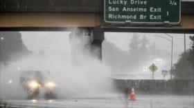 Más de 100 000 de hogares, sin electricidad por lluvias en California